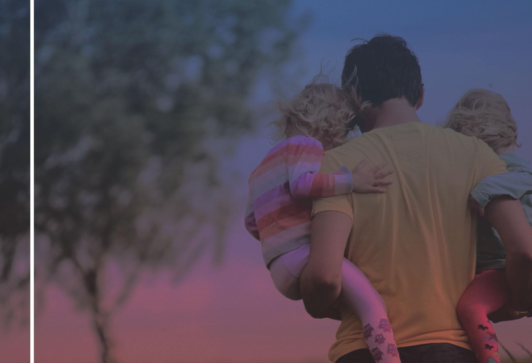 fiche 11 - père avec deux enfants dans les bras - droit à la déconnexion